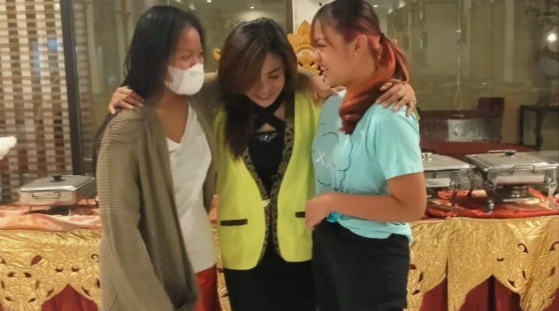 Ibu Umi Kulsum/Bunda Sofi dan Kedua Anaknya Sisi Kanan Nabila, Sisi Kiri Adelia Setelah di Mediasi Oleh Para Wartawan