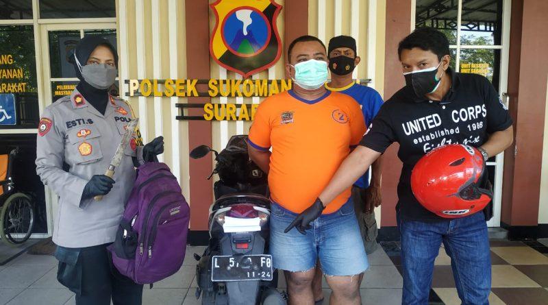 Kapolsek Sukomanunggal Kompol Esti Setija Oetami, SH dan Kanit Reskrim Menunjukan Barang Bukti Dari Pelaku Yang di Amankan